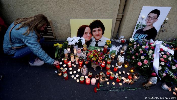 Свечи и цветы около снимка Яна Куцияка и его невесты