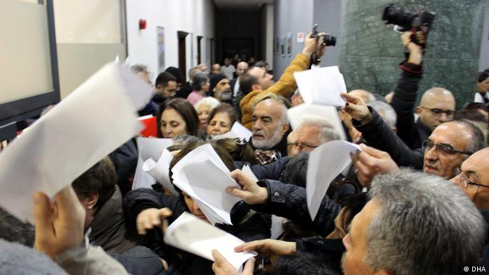 Izmir Türkei Turkish citizens with papers against government's water canal plan