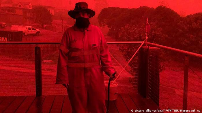 Red skies in Mallacoota (picture-alliance/dpa/AP/TWITTER/@brendanh_Au)