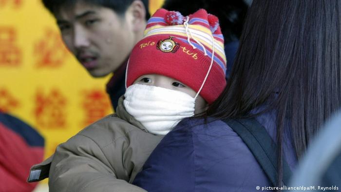China SARS Kind mit Schutzmaske (picture-alliance/dpa/M. Reynolds)