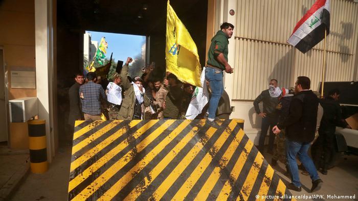 Proteste bei der US-Botschaft in Baghdad (picture-alliance/dpa/AP/K. Mohammed)