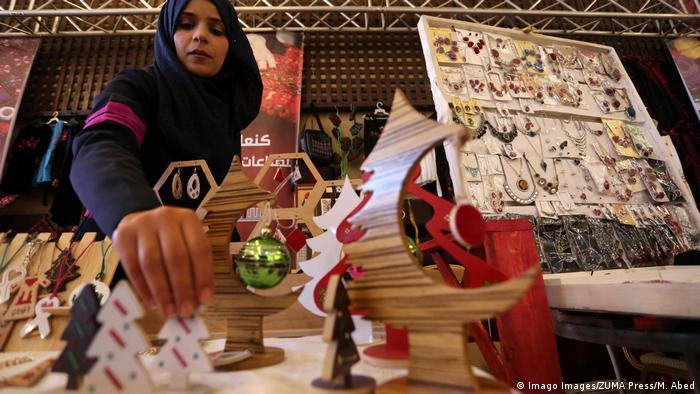 بخش بزرگی از آنان در نمایشگاه های سالانه به فروش می رود. امسال نیز چهاردهمین نمایشگاه با عنوان محصولات زنانه در غزه راه اندازی گردید.