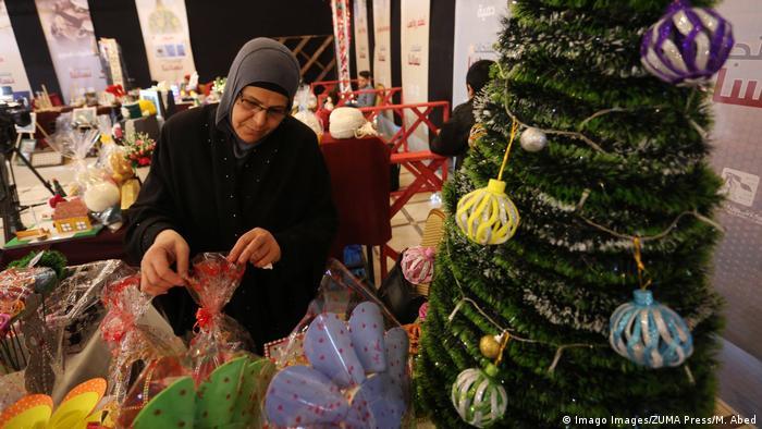 حنین السماک، مدیرعامل این انجمن گفت که برای این بانوان دوره های آموزشی نجاری و خیاطی برگزار گردید تا قادر شوند از خانه بیرون آمده و برای جشن کریسمس و شور و شوق دادن به آن، برخی اشیاء را بسازند. حنین السماک، در مورد این اقدام شان گفت: «این پیامی از عشق و محبت به مسیحیان داخل و خارج از غزه می باشد».