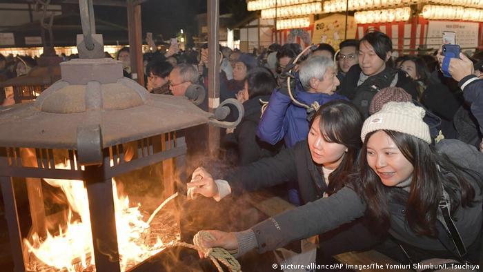 Japan Kyoto | Menschen besuchen den Yasaka Schrein vor dem Jahreswechsel (picture-alliance/AP Images/The Yomiuri Shimbun/I. Tsuchiya)