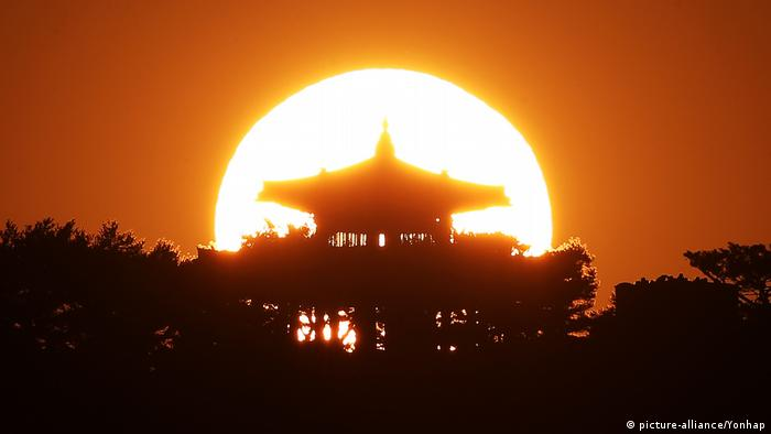 The last sunset of 2019 is seen above Hwaseong Fortress in South Korea. (picture-alliance/Yonhap)