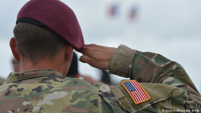 US Soldat salutiert (picture-alliance/A. Widak)