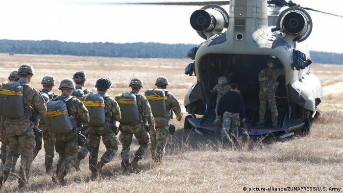 Десантники США у вертолета CH-47 Chinook