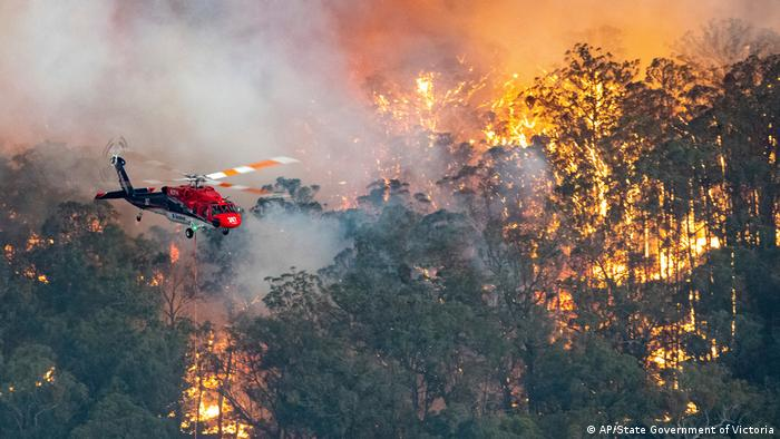 Helicóptero participa de combate às chamas no estado de Victoria, na Austrália