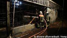 01.01.2020, Nordrhein-Westfalen, Krefeld: Feuerwehrleute stehen für Löscharbeiten vor dem Affenhaus des Krefelder Zoos. Foto: David Young/dpa   Verwendung weltweit