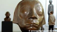 Head of the Güstrow Memorial frowning woman with eyes closed (picture-alliance / dpa/dpaweb)