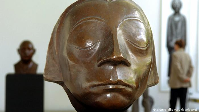 Head of the Güstrow Memorial: frowning woman with eyes closed (picture-alliance / dpa/dpaweb)