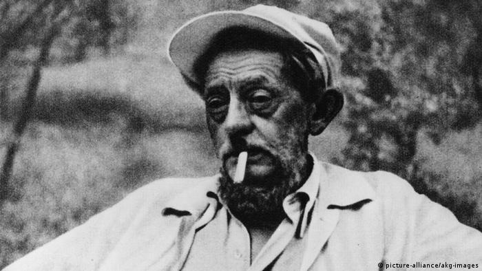 1935 photo of Ernst Barlach, looking old and careworn and smoking a cigarette (picture-alliance/akg-images)