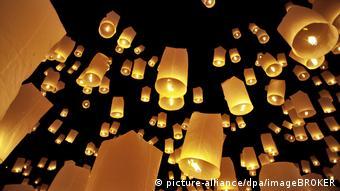 Небесні ліхтарики часто запускають під час святкувань в Азії