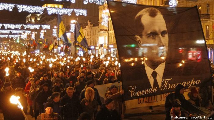 Посли Ізраїлю та Польщі 2 січня засудили, зокрема, вшанування пам'яті Степана Бандери (на фото - смолоскипна хода в Києві 1 січня 2020 року)