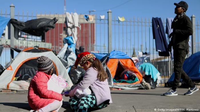 Crianças migrantes brincam em Ciudad Juarez, perto da fronteira com os EUA