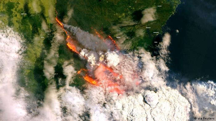 Imagem de satélite do incêndio florestal na baía de Bateman, sudeste das Austrália