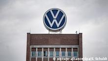 Wolfsburg | VW Logo am Verwaltungshochhaus