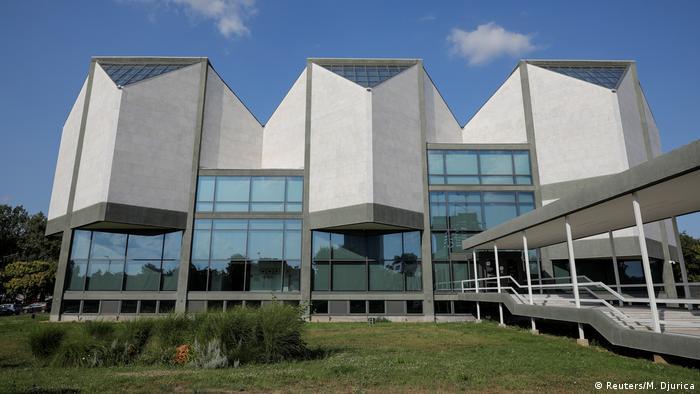 Музеят за съвременно изкуство в Белград е открит през 1965 година. Двамата архитекти Иван Антич и Иванка Распопович печелят публичния конкурс за проектирането на новата сграда. Музеят се намира сред зеленина и е един от по-умерените примери за бруталистична архитектура.
