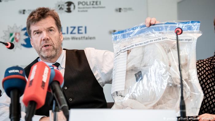 Krefeld | Pressekonferenz nach Brand im Krefelder Zoo: Gerd Hoppmann zeigt Beutel mit Himmelslaterne