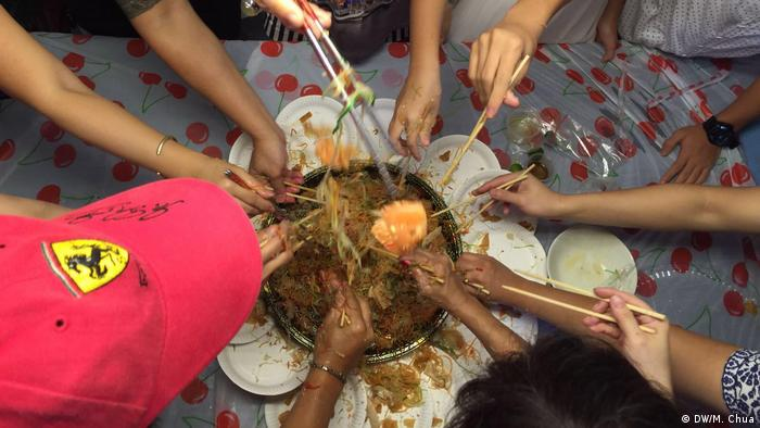 Yusheng salad tossing ritual (DW/M. Chua)