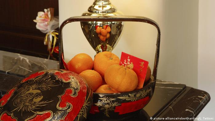 Chinese New Year Decoration with oranges and red packet (picture-alliance/robertharding/L. Tettoni)