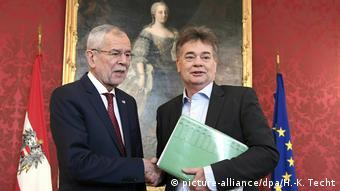 Österreich Jüngster Ex-Regierungschef der Welt ist bald wieder jüngster Regierungschef der Welt | Van der Bellen und Kogler (picture-alliance/dpa/H.-K. Techt)