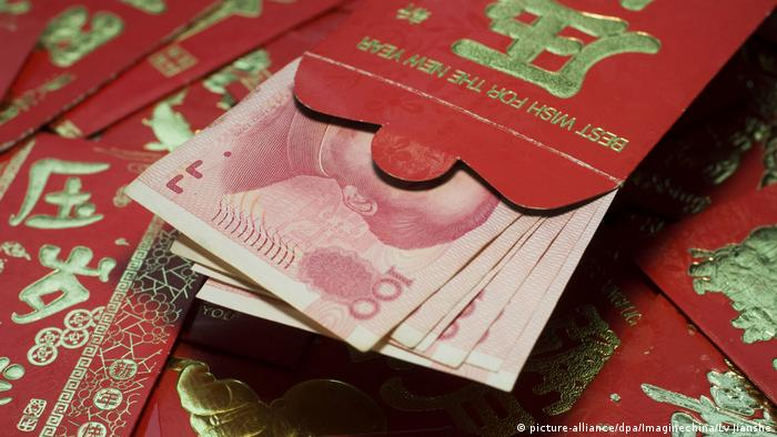 Chinese New Year red envelope (picture-alliance/dpa/Imaginechina/Lv Jianshe)