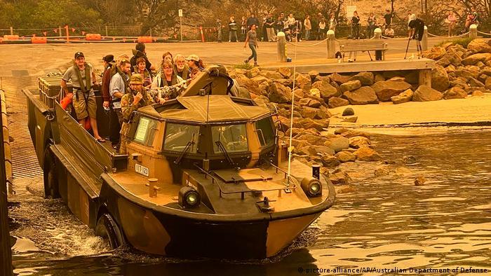 Australien Waldbrände Evakuierungen durch Marine (picture-alliance/AP/Australian Department of Defense)