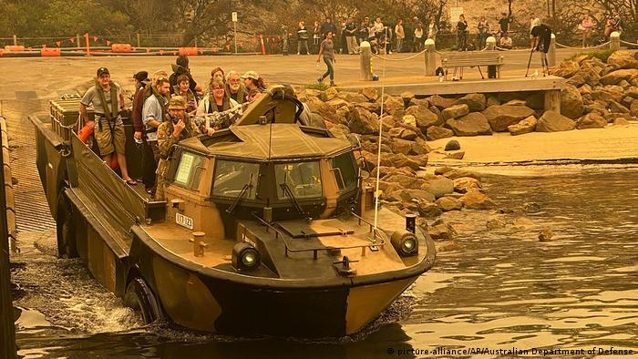 Barco anfíbio deixa praia de Mallacoota, transporta fugitivos do fogo para navio da Marinha australiana