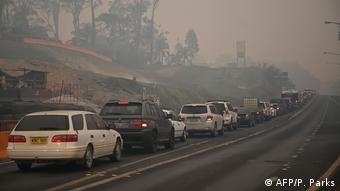 Колонна автомобилей жителей восточного региона Австралии, эвакуирующихся из-за пожаров