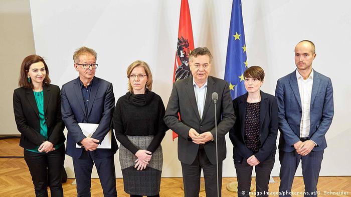 Alma Zadić (prva s lijeve strane) sa članovima stranke Zeleni s kojom je ušla u austrijsku vladu