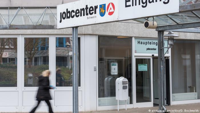 Schwerin Jobcenter (picture-alliance/dpa/D. Bockwoldt)