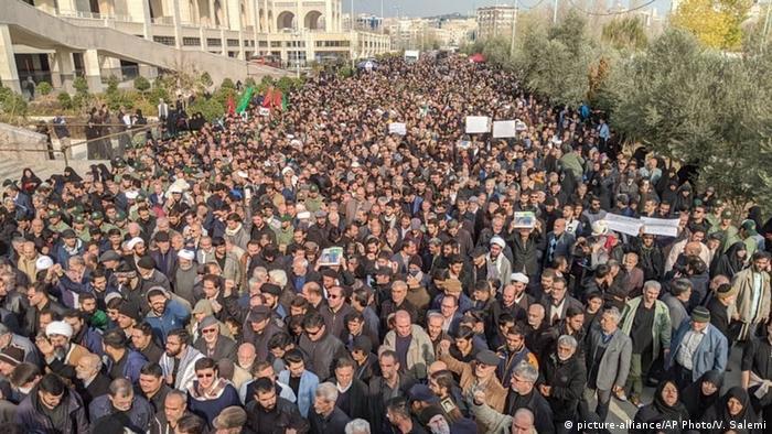 Iran Teheran | Demonstration nach Dronenattacke gegen Qassem Soleimani (picture-alliance/AP Photo/V. Salemi)