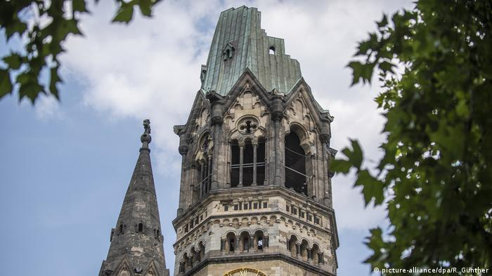 View of the spire of the Kaiser Wilhelm Memorial Church in Berlin (picture-alliance/dpa/R. Günther)