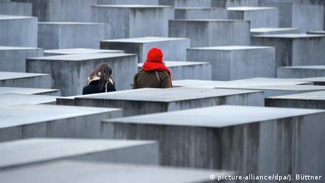 Stelenfeld, Denkmal für die ermordeten Juden Europas in Berlin (picture-alliance/dpa/J. Büttner)