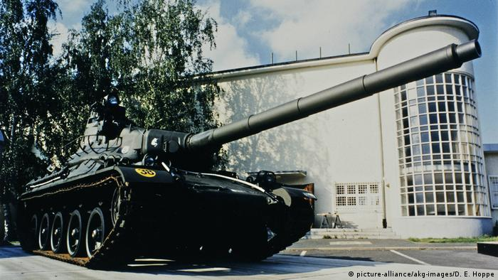 Tank in front of the Allied Museum in Berlin (picture-alliance/akg-images/D. E. Hoppe)