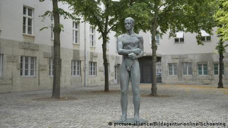Statue in the inner yard of the Memorial to the German Resistance in Berlin (picture-alliance/Bildagentur-online/Schoening)