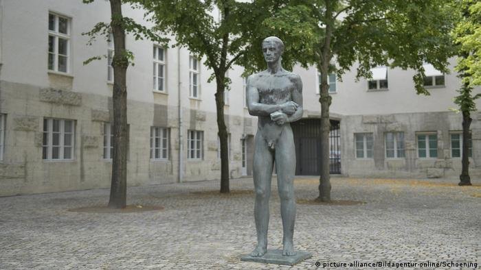 Statue in the inner yard of the Memorial to the German Resistance in Berlin (picture-alliance/Bildagentur-online/Schoening)