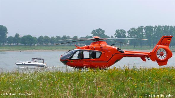 Спасательный вертолет министерства внутренних дел Германии на берегу Рейна в Кельне