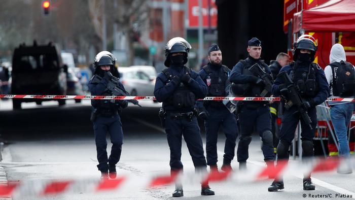 Policías desplegados en Villejuif.