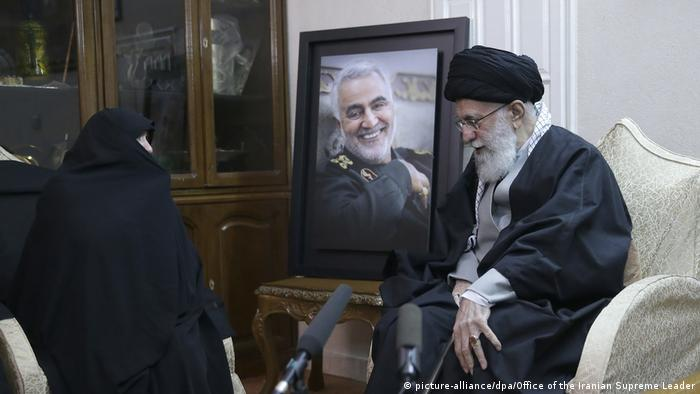 Irans geistlicher Führer, Ajatollah Ali Chamenei, bei einem Treffen mit Angehörigen des getöteten Generals Kassem Soleimani (Foto:picture-alliance/dpa/Office of the Iranian Supreme Leader)