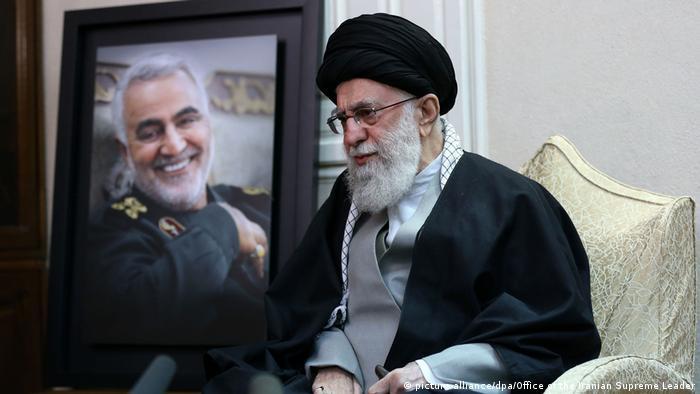 Líder supremo do Irã, aiatolá Ali Khamenei, ao lado de retrato de Soleimani, ameaçou os EUA com duras retaliações
