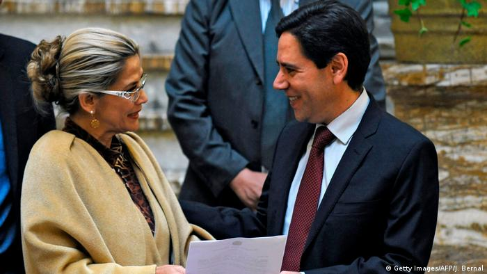 Bolivya'nın Geçici Devlet Başkanı Jeanine Anez (solda) ve Yüksek Seçim Mahkemesi (TSE) Başkanı Salvador Romero (sağda)