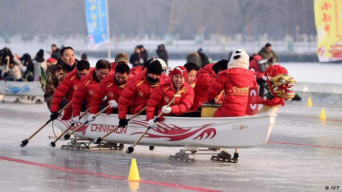 Uzbudljivo finale. Trka u čamcima u obliku zmaja u kineskom gradu Shenyang. Čamci su postavljeni na klizaljke, a veslanje i upravljanje je prava umjetnost.