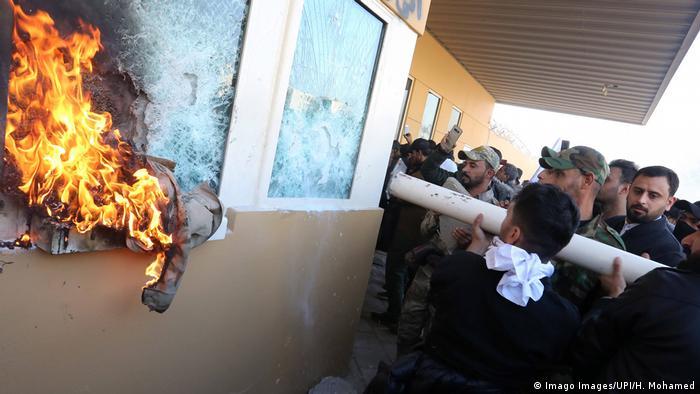 نیروهای حشد الشعبی در حمله به سفارت آمریکا در بغداد در اواخر سال ۲۰۰۹