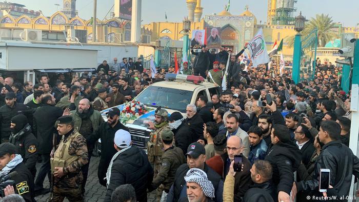 Multidão acompanha funeral do general iraniano Qassim Soleimani em Bagdá