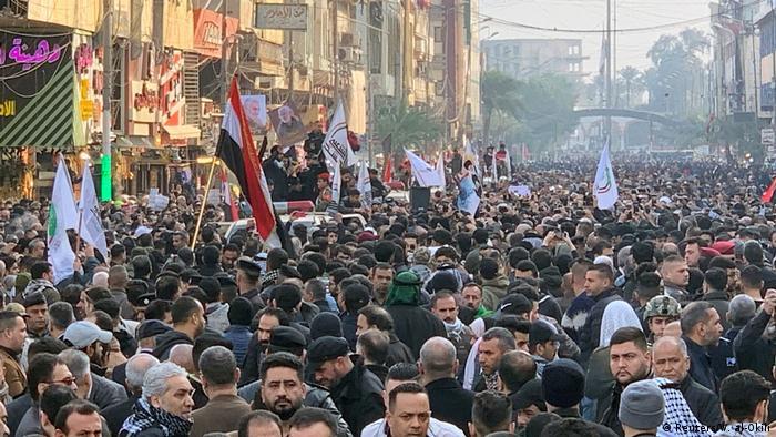 Milhares de pessoas participam de procissão em homenagem ao general iraniano Qassim Soleimani em Bagdá
