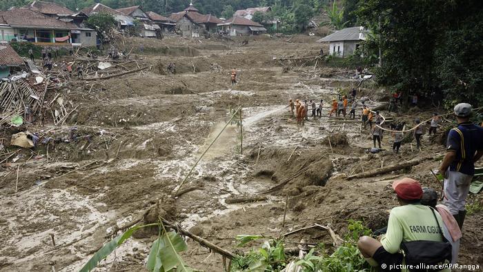 Indonesien Cigudeg Erdrutch nach schweren Überschwemmungen (picture-alliance/AP/Rangga)