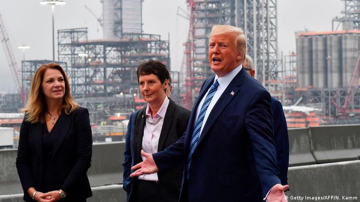 US-Präsident Trump mit Vertreterinnen des Shell-Konzerns (Foto: Getty Images/AFP/N. Kamm)
