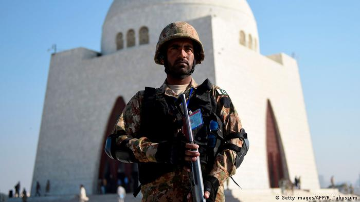 Pakistani army: Pakistani soldier standing in front of a mosque in Karachi